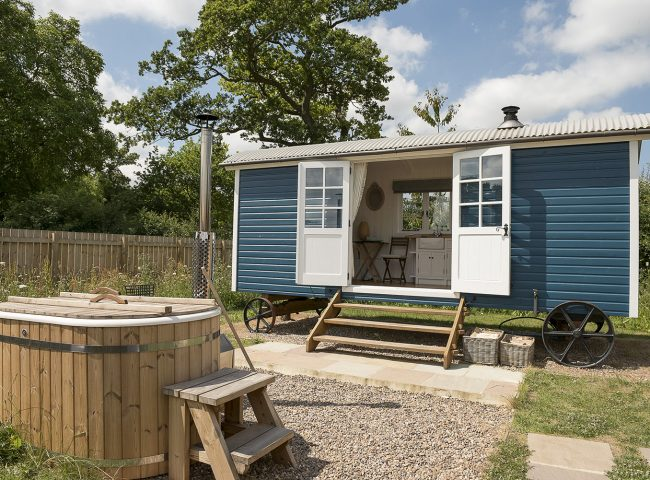 https://waingatesfarmhuts.co.uk/wp-content/uploads/2018/10/063WaingateJUly06EDDTUB-650x480.jpg